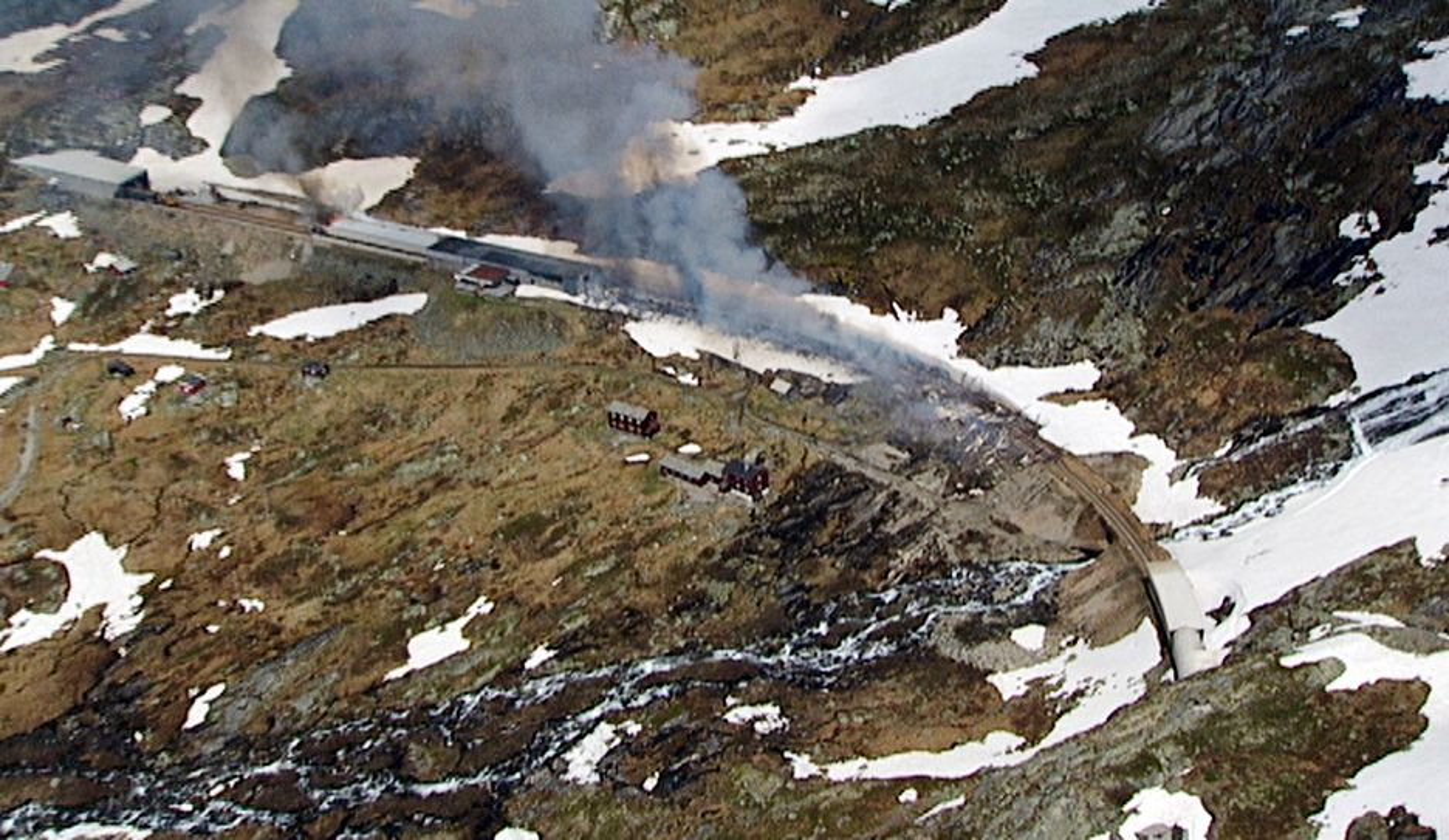 Et togsett og et snøoverbygg sto i brann ved Hallingskeid på Bergensbanen i 2011.