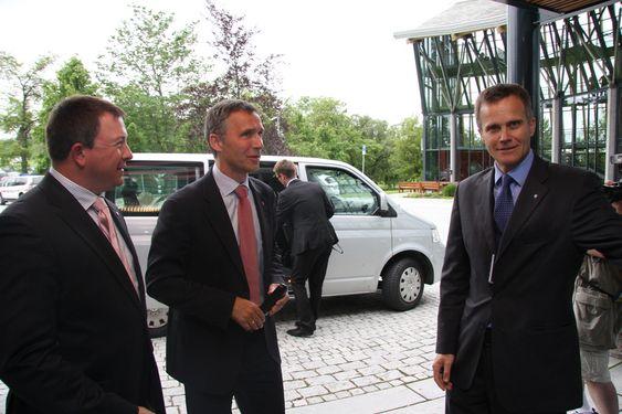 Fra venstre Karl Johnny Hersvik, Jens Stoltenberg og Helge Lund ved Statoils kontor i Trondheim.
