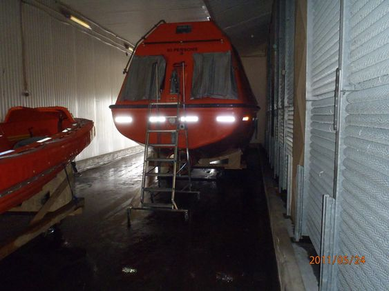 KJØLIG: En redningsbåt og en livbåt i fryselageret til Nordic Pelagic på Karmøy  testes før montering på Stena Drillmax Ice.