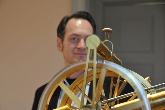 BLANKPUSSET: Bjørn V. Johansen fra Museum for universitets- og vitenskapshistorie har lagt mye tid og krefter i å gjøre disse viktige instrumentene presentable.