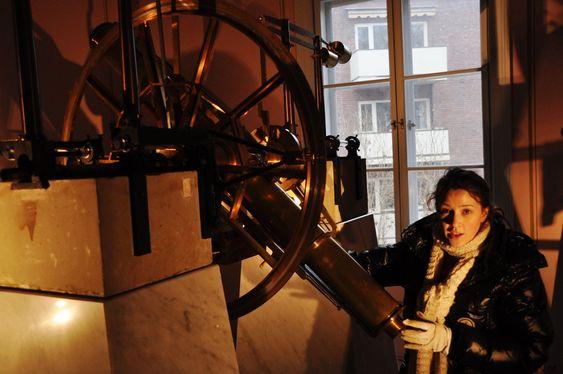 OPPTUR: Konservator Ingrid Louise Flathval fra Teknisk Museum, viser frem et av observatoriets instrumenter som hun har vært med på å restaurere.