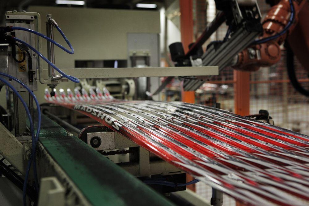 Hver enkelt av toppmodellene til Madshus blir målt ved fabrikken på Biri. Ved hjelp av en NFC-brikke blir opplysningene for fremtidens ski tilgjengelig for forbrukerne.