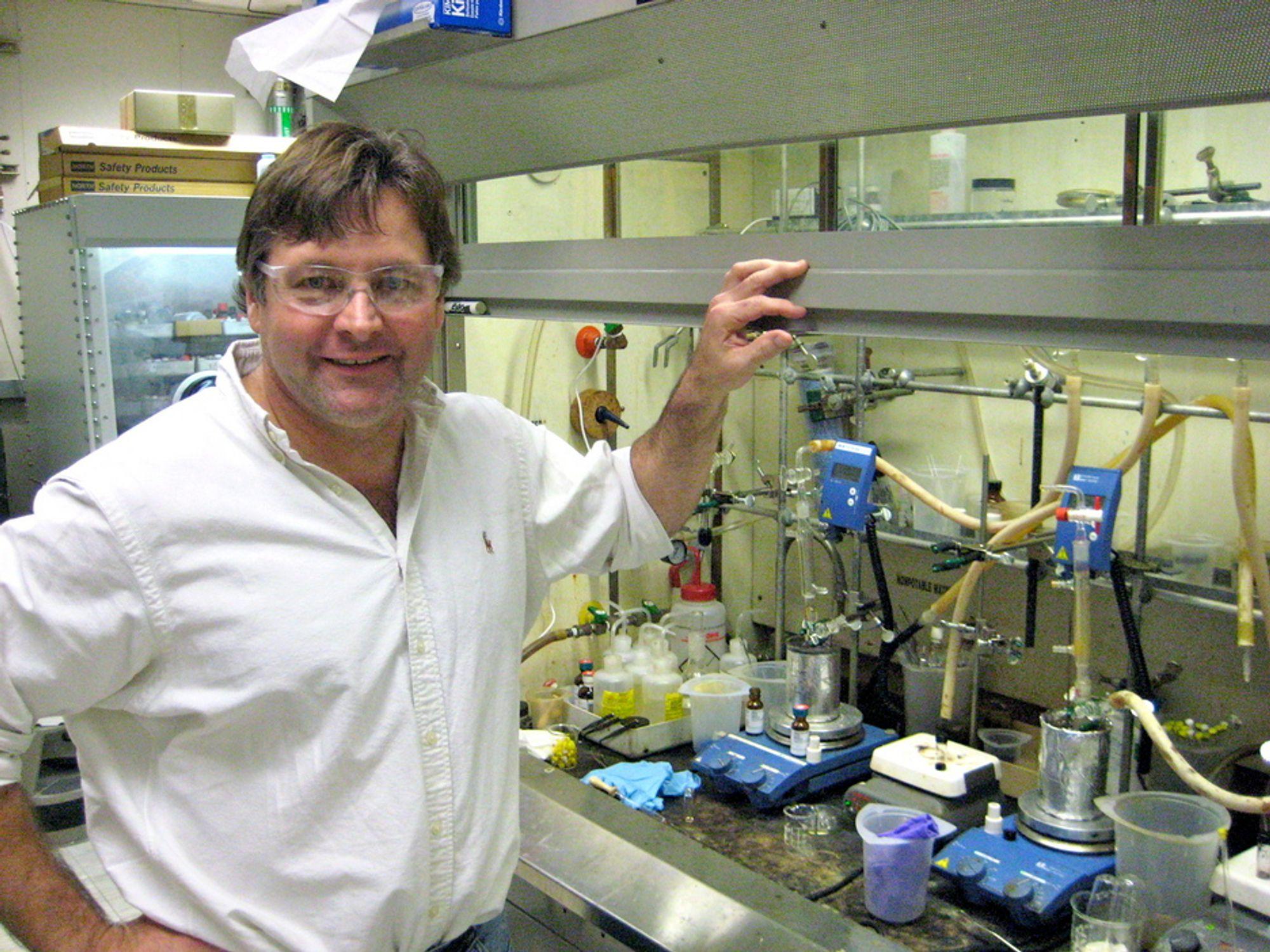 """BAKTERIEDREPER: Dr. James Hedrick forsker på avanserte organiske materialer ved IBMs forskningssenter Almaden. Han og samarbeidsaprtnerne kan ha funnet mikrobiologiens """"hellige gral"""", hvordan man skal knekke resistente bakterier. Senere er målet å ta knekken på virus og andre sykdomsfremkallende organsimer."""