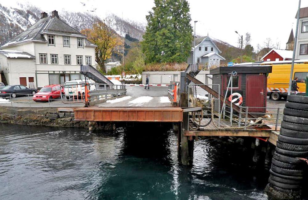 Fergekaia i Sæbø er gammel og upraktisk og bærer preg av mange års slitasje. Innen året er omme er den erstattet av en ny.