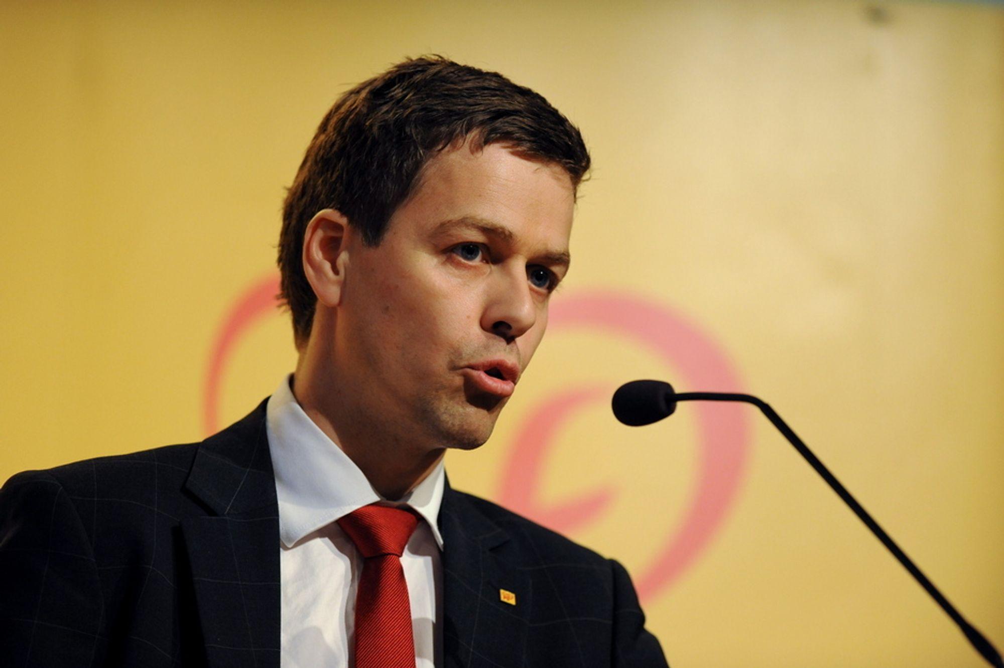 KrF, her ved Knut Arild Hareide, vil sette opp farten i utbyggingen av kollektivtrafikken. Landsmøtet vurderte å vedta finansiering til satsingen via oljefondet.