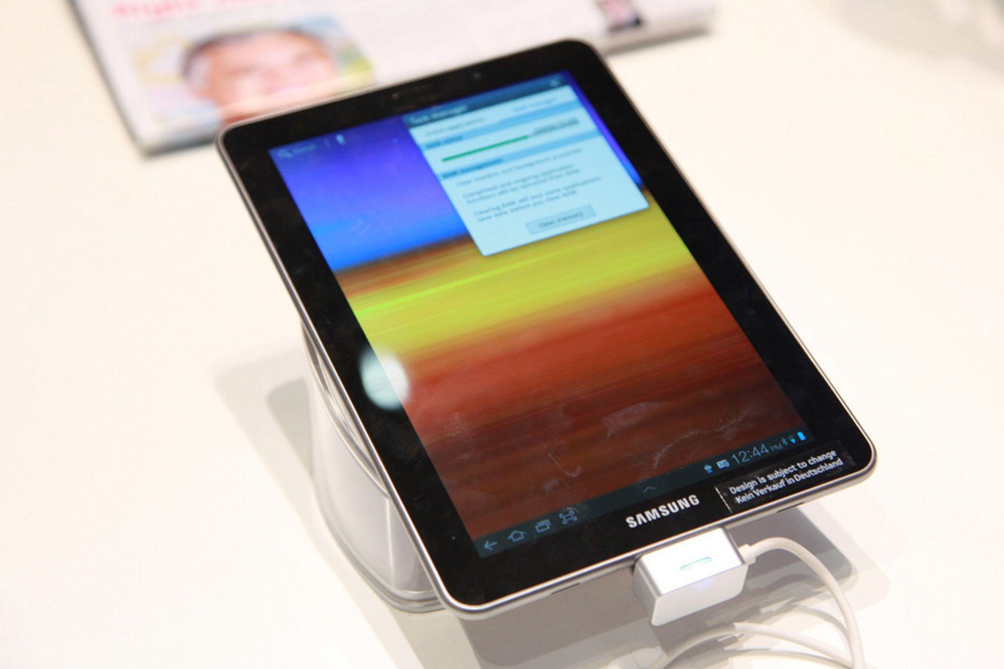 BORTE: Samsung får verken selge eller markedsføre Galaxy Tab 7.7 i Tyskland, og har derfor måttet trekke produktet fra IFA. Vi rakk å tafse litt på brettet før det forsvant.