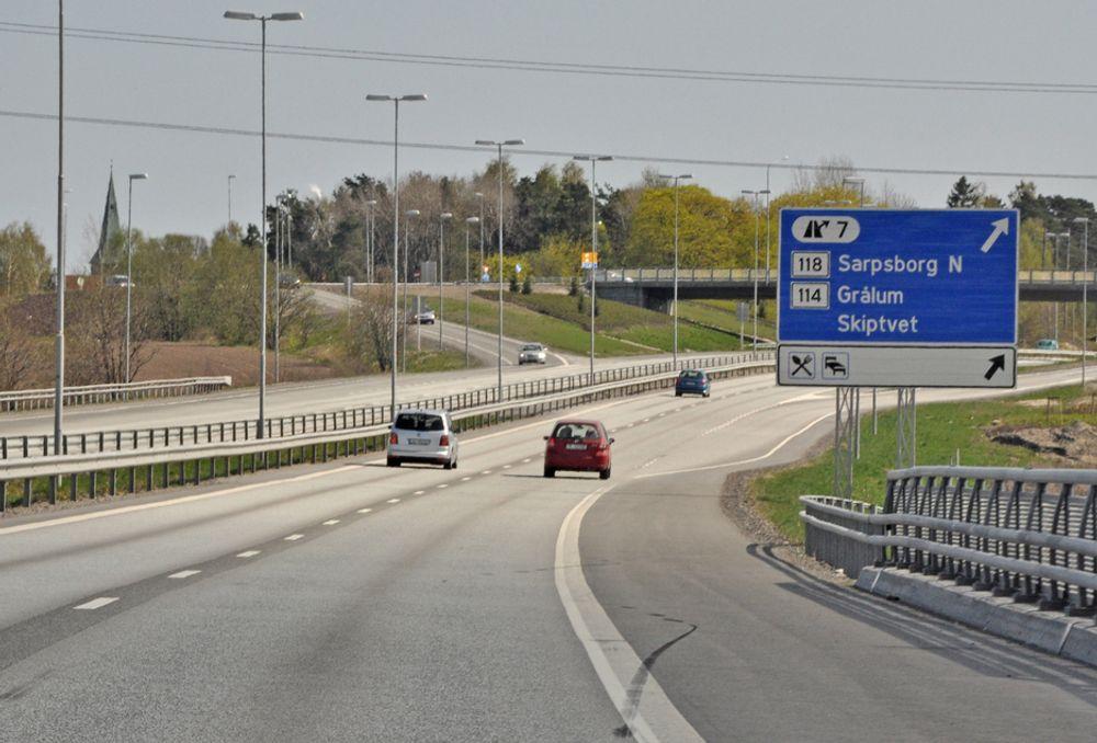 Bildet viser E 6 like nord for Sarpsborg sentrum. Denne strekningen ligger i området Østfold sør som Mesta har fått driftskontrakten for. Det laveste anbudet, som ble gitt av Veidrift fra Ski, ble avvist.