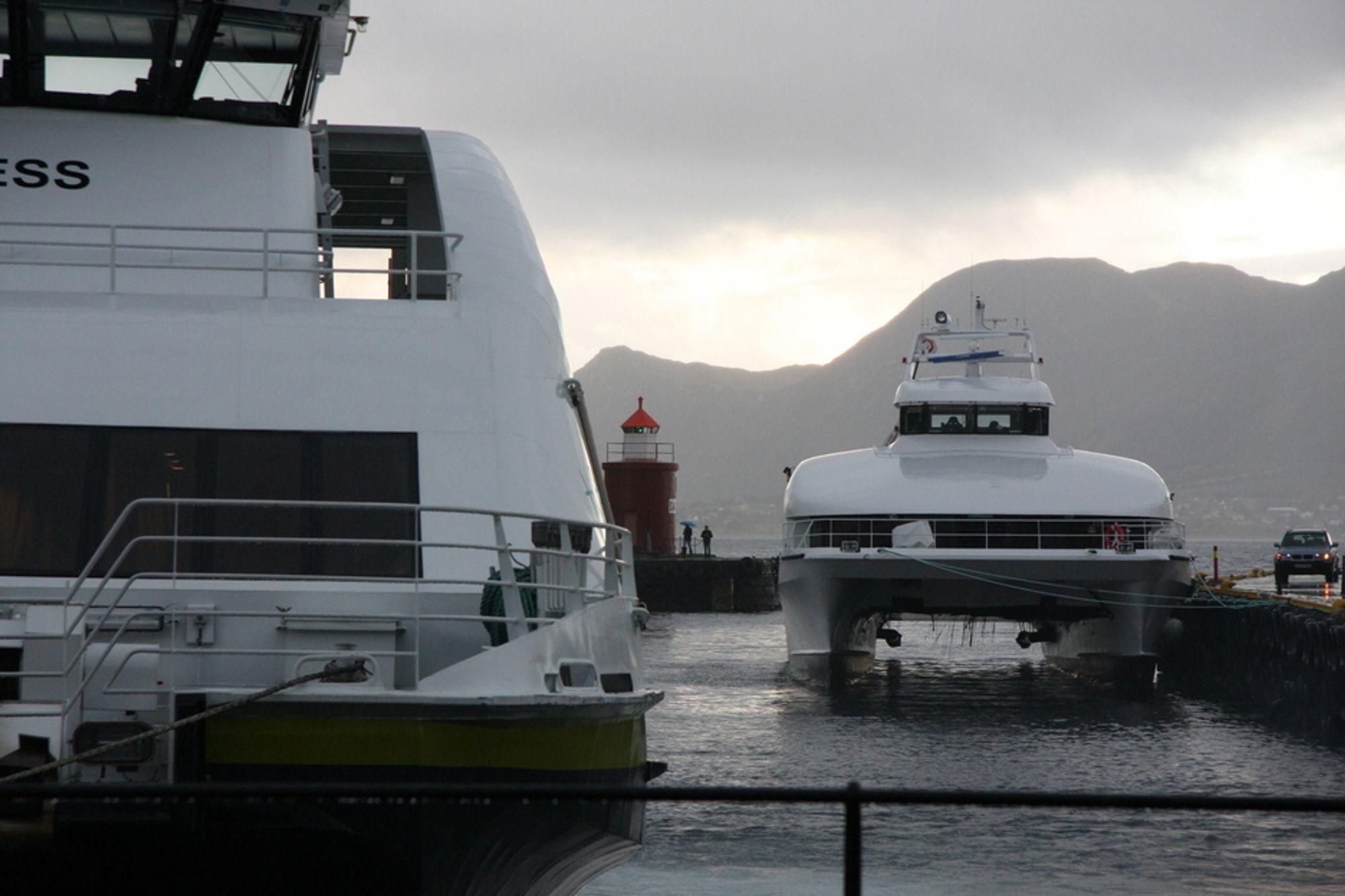 ALUMINIUM OG KARBON: Sollifjell ligger fortsatt ved kai i Ålesund, nesten ett år etter ulykken. En katamaran i aluminium i forgrunnen.