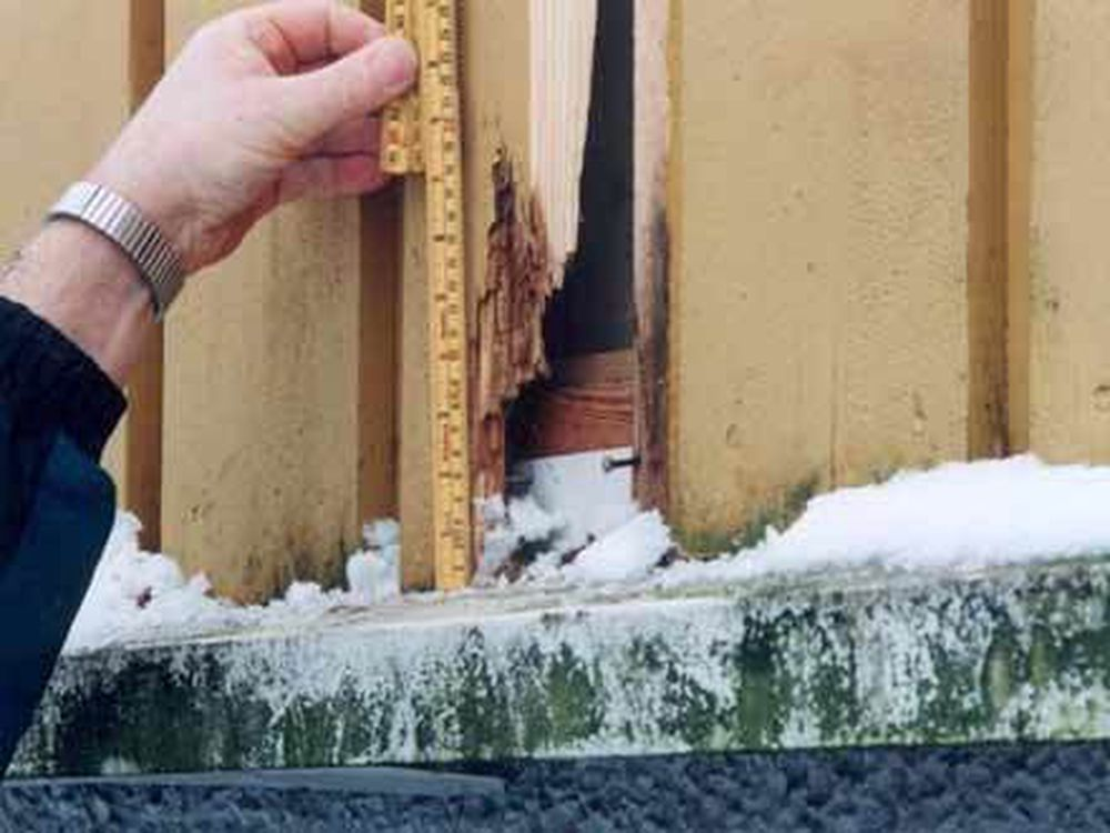 Her skulle det vært 10 mm spalte mellom panel og vannbrett. Stress og slurv skaper råteproblemer. Foto: Byggforsk