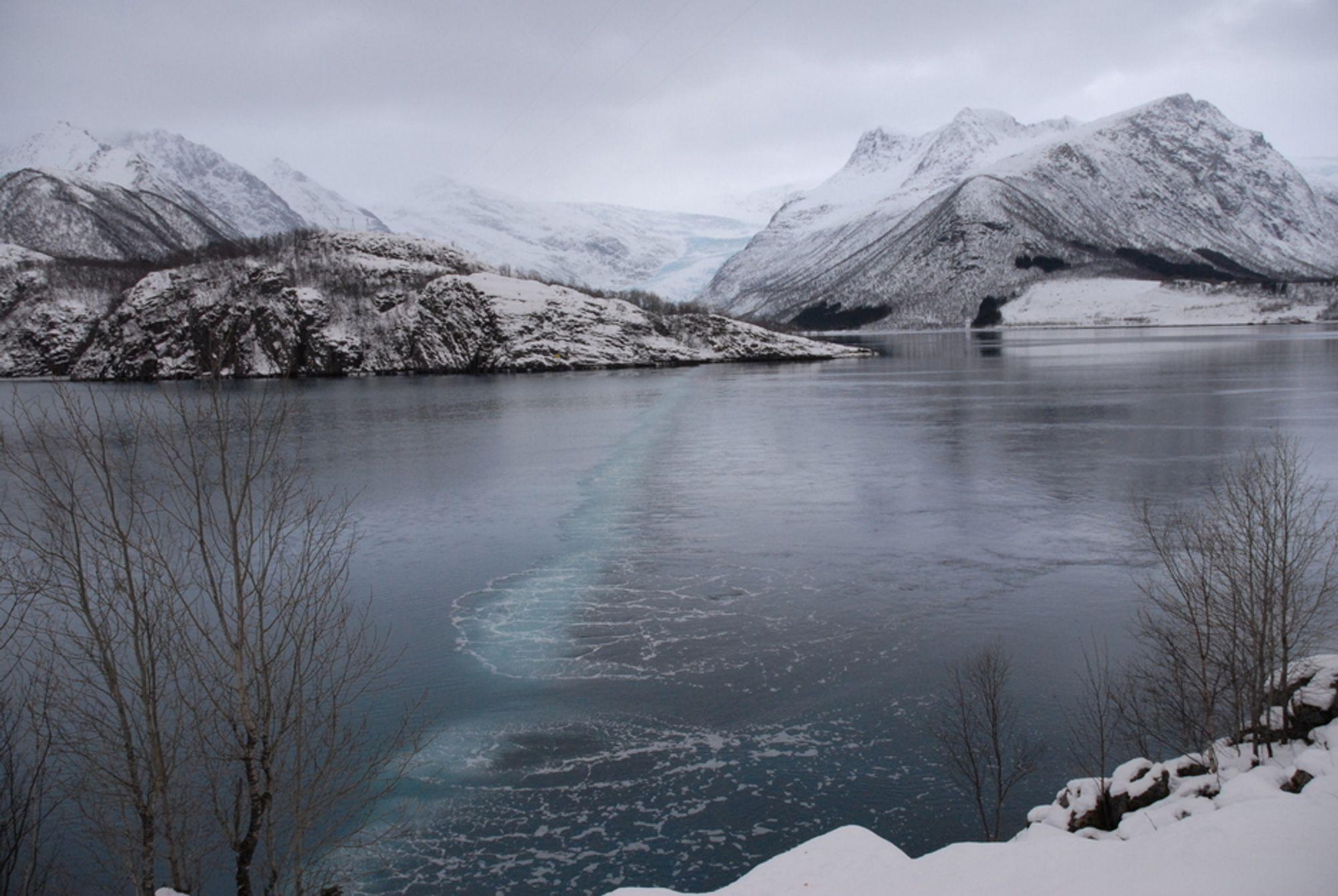 UTE: Fjorden ved Svartisen kraftverk gjøres isfri med et bobleanlegg som blander ferskvann og saltvann. Nå er det ingen produksjon.