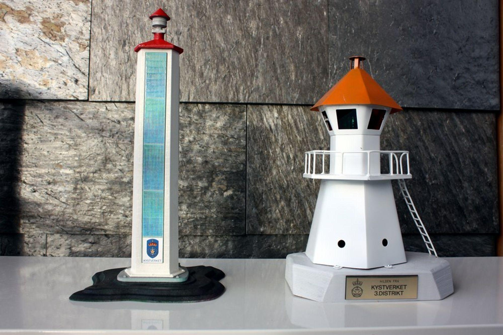 De nye fyrlyktene (t.v.) er utstyrt med solcellepanel og skiller seg vesentlig fra de fyrlyktene vi kjenner langs norskekysten (t.h.). Dette er modeller ved Kystverket i Ålesund.