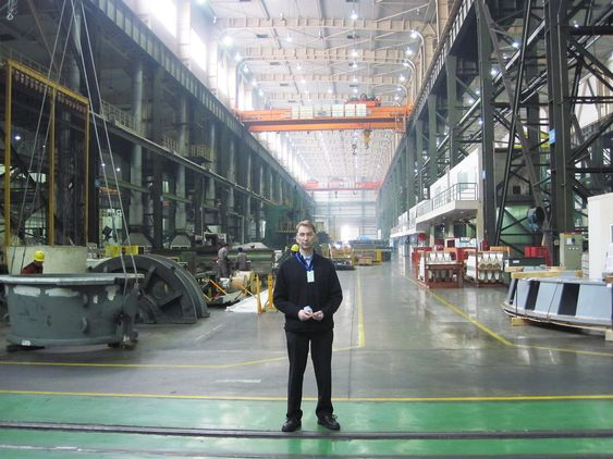 Trond Moltubakk i Rainpowers fabrikk i Kina.