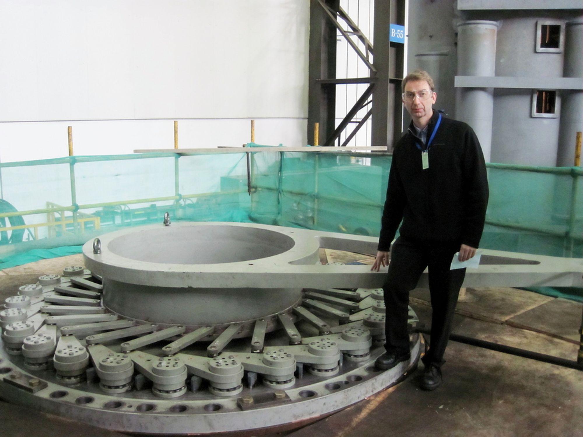 FRA HANGZHOU TIL HALLINGDAL: Daglig leder Trond Moltubakk viser frem turbinen som snart skal legge ut på den lange reisen fra Kina til Norge.