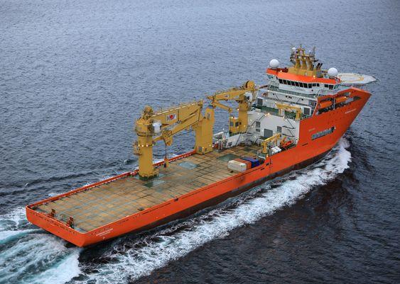 TUNGLØFT: Med en dekkskran på 400 tonn og over 2.000 m2 i dekksareal, er Normand Oceanic et stort og efektivt konstruksjonsskip.