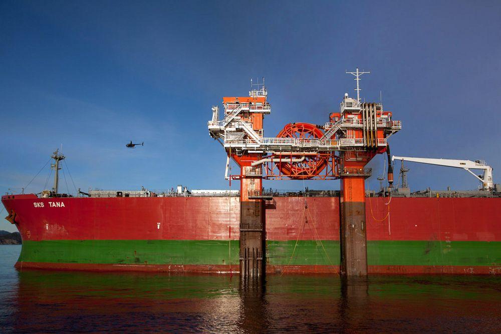 FUNGERER: Det unike laste- og lossesystemet HiLoad DP ligger sugd inn til skroget på Aframax-tankeren SKS Tana i Klosterfjorden. HiLoad DP gjør det mulig å laste olje fra oljefelt med dårlig infrastruktur. Farkosten er selvgående og fjernstyrt.
