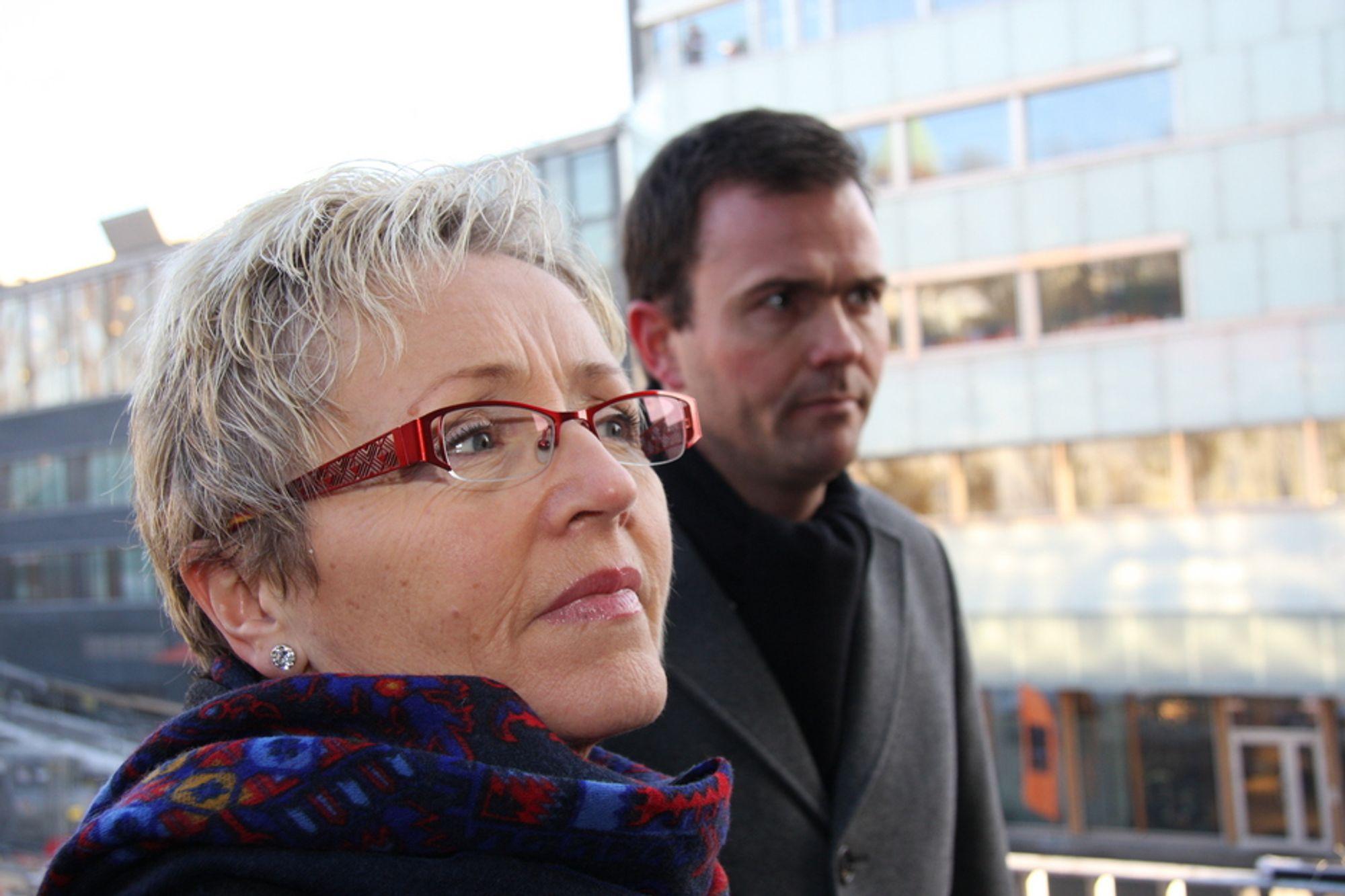 BELLONA: Kommunalminister Liv Signe Navarsete har besøkt Bellona for å prate om energi- og miljøvennlige bygg og få synspunkter til den kommende stortingsmeldingen. I bakgrunnen Marius Holm som viser statsråden det nye Bellonabygget.