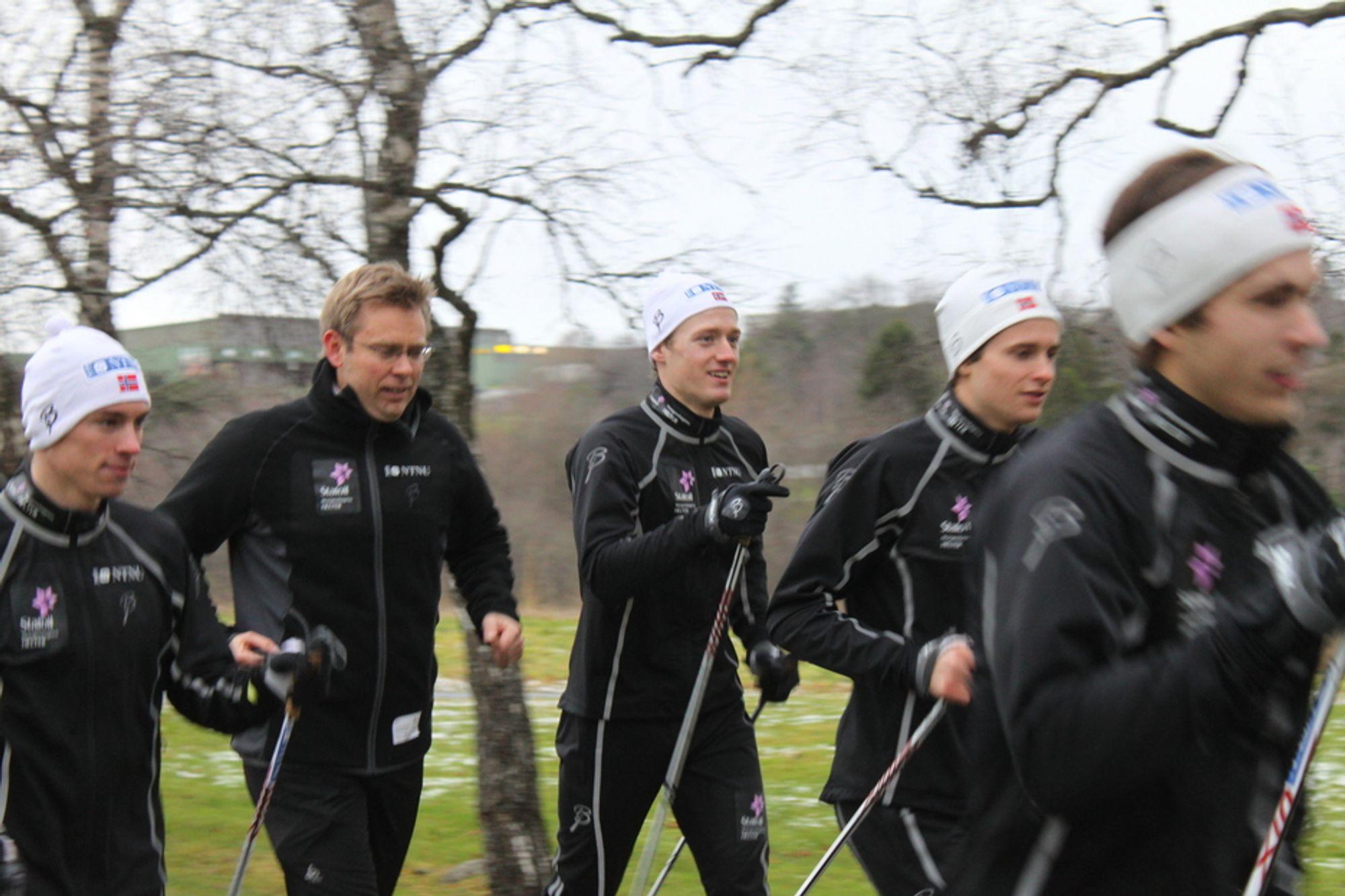 DOBBELT KARRIERE: Langrennsløperne på Team NTNU får støtte fra Halvard Hanevold, som selv er sivilingeniør.