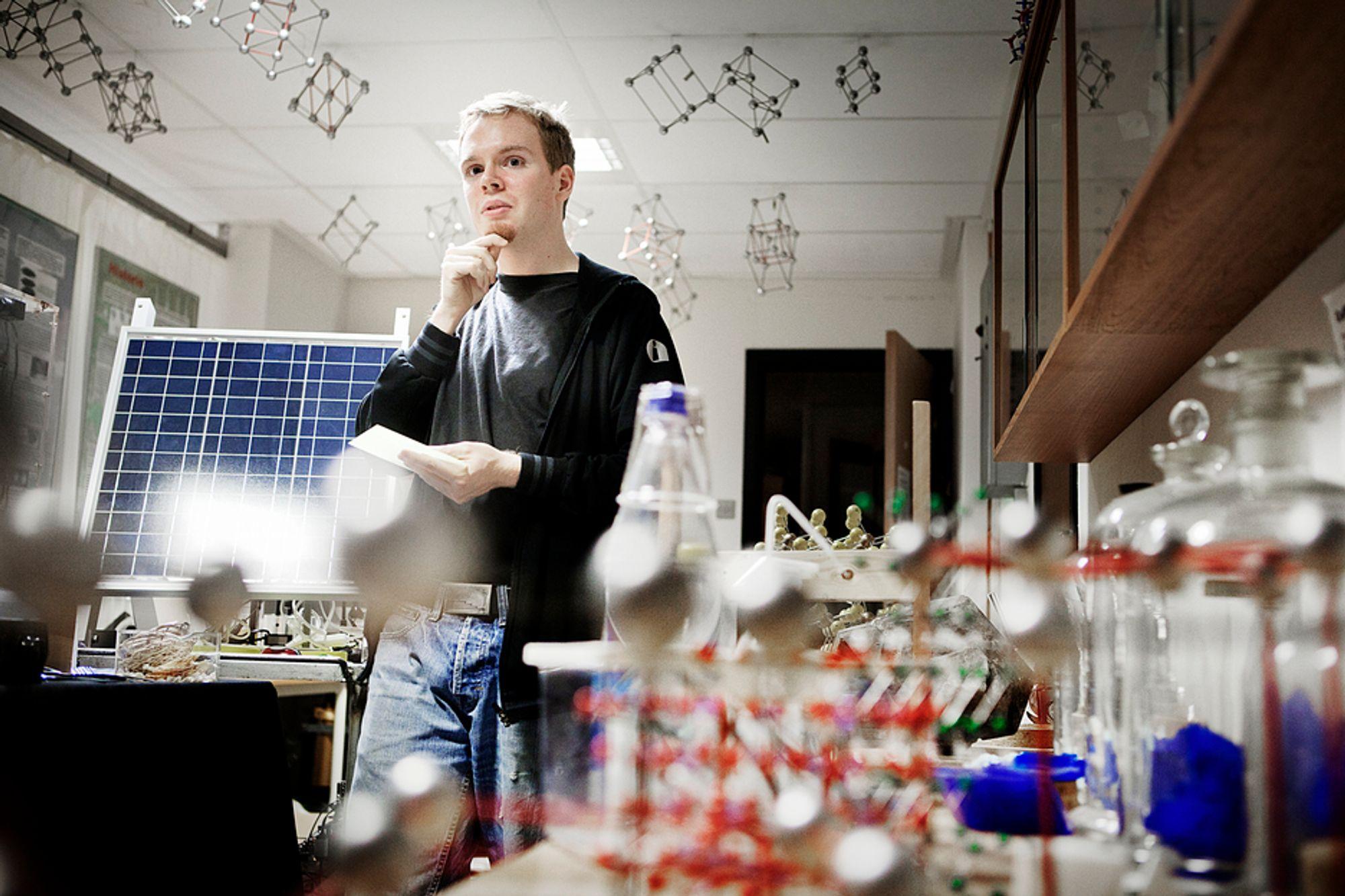 OPTIMIST: Per-Anders Hansen ved UiO tror stoffet han forsker på kan påføres både nye og gamle solceller for en billig penge.