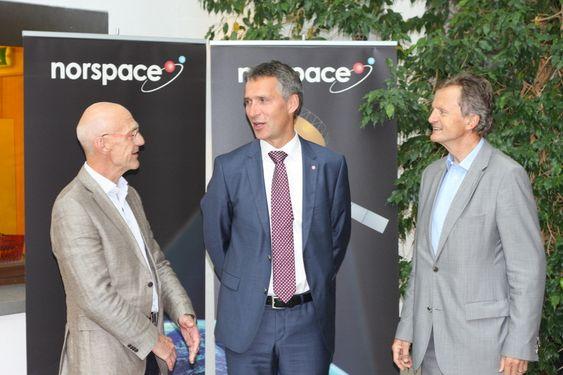 Fra venstre: adm. direktør i Norspace Sverre Bisgaard, Statsminister Jens Stoltenberg og Telenors konsernsjef Jon Fredrik Baksaas