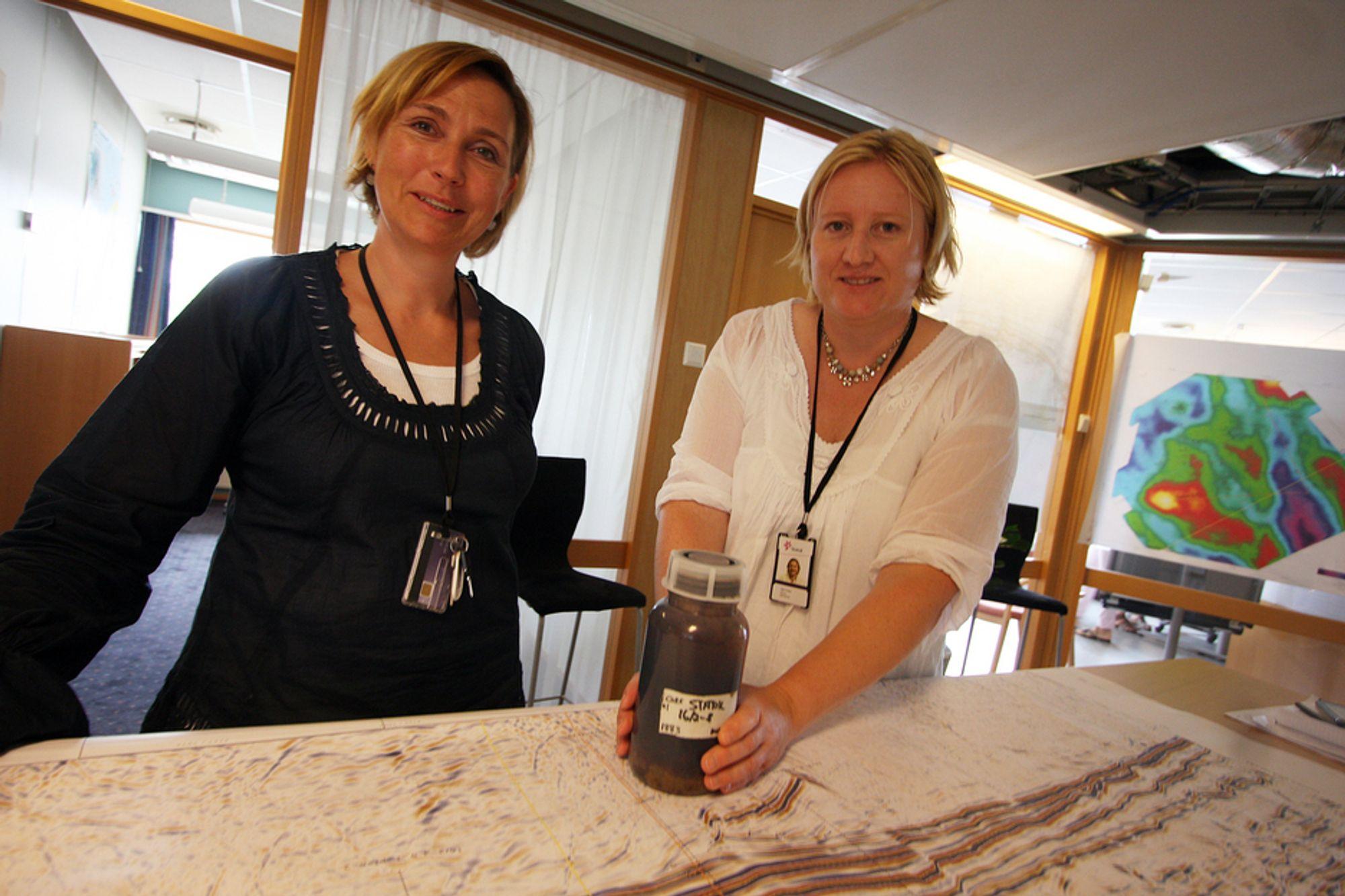 FANT OLJE TIL SLUTT: Statoils letesjef for Nordsjøen, Sigrid Borthen Toven, og letesjef for Utsirahøyden, Silje Fekjar Nilsson, med oljeprøven som bekrefter kjempefunnet i Nordsjøen.