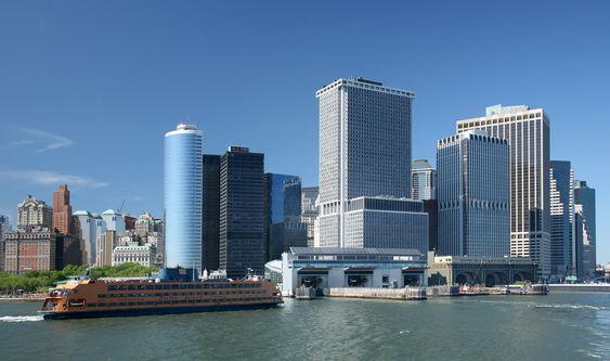 ANKOMST: En ferge legger til på Manhattan ved Staten Island Ferry Whitehall Terminal. Hver ukedag reiser ca. 75.000 personer med de åtte fergene.