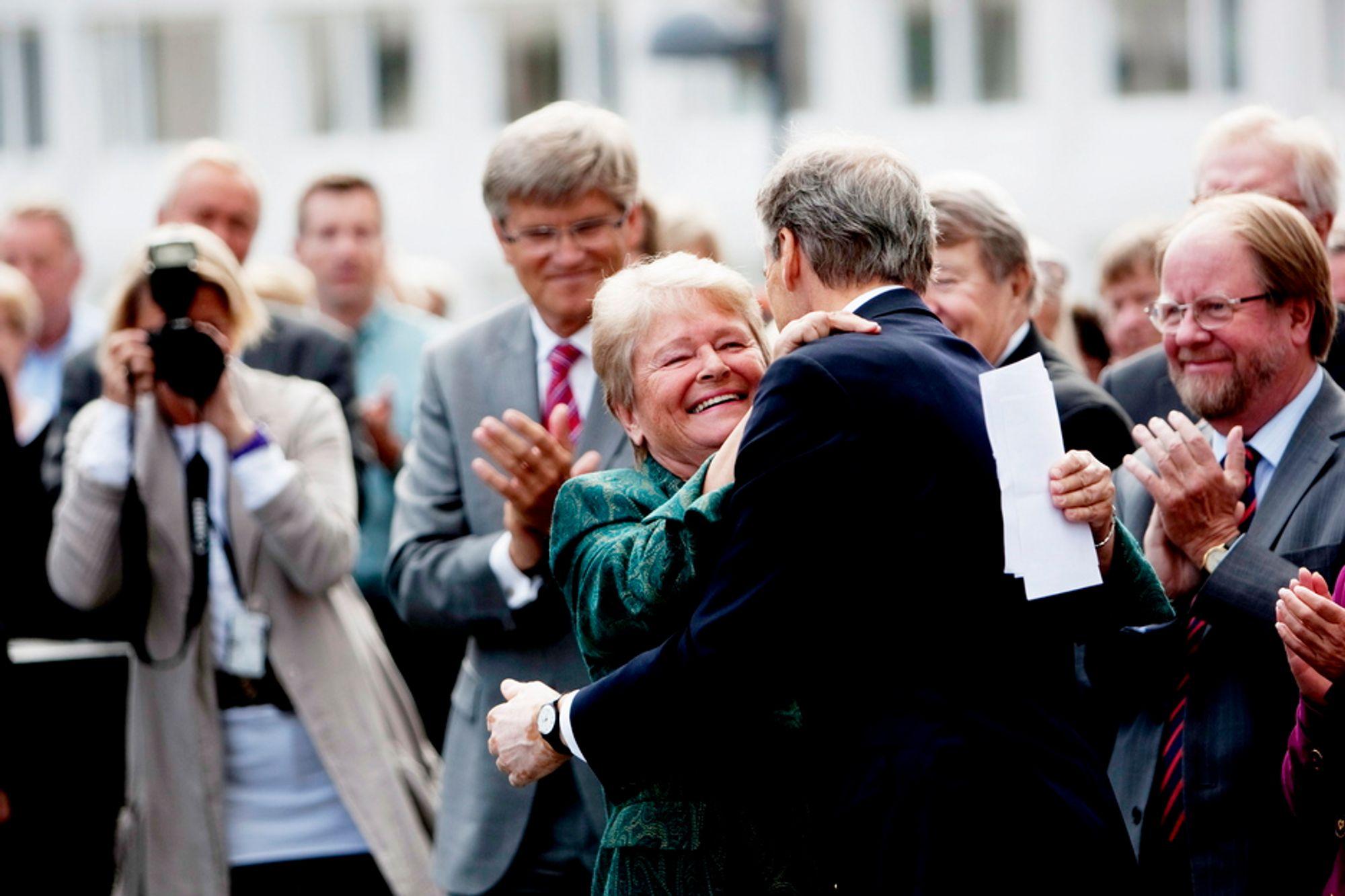 KOZ OG KLEMZ: Gro Harlem Brundtland klemte JOnas Gahr Støre da sistnevnte fylte 50 år.