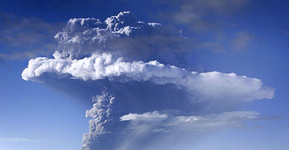 Røyk stiger fra vulkanen Grimsvötn under Vatnajökull på Island.