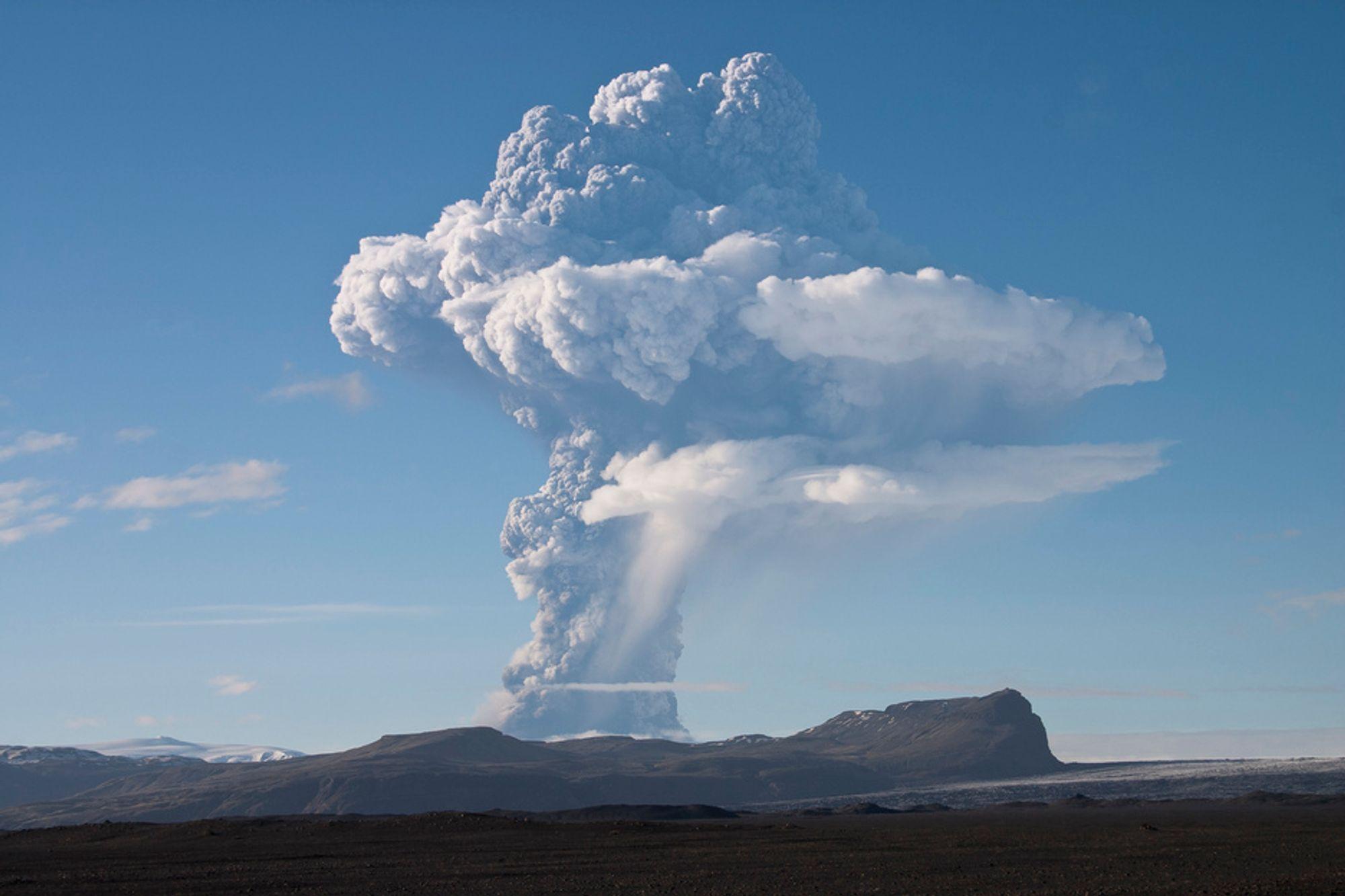 UTBRUDD: Røyk stiger fra vulkanen Grimsvötn under Vatnajökull på Island.
