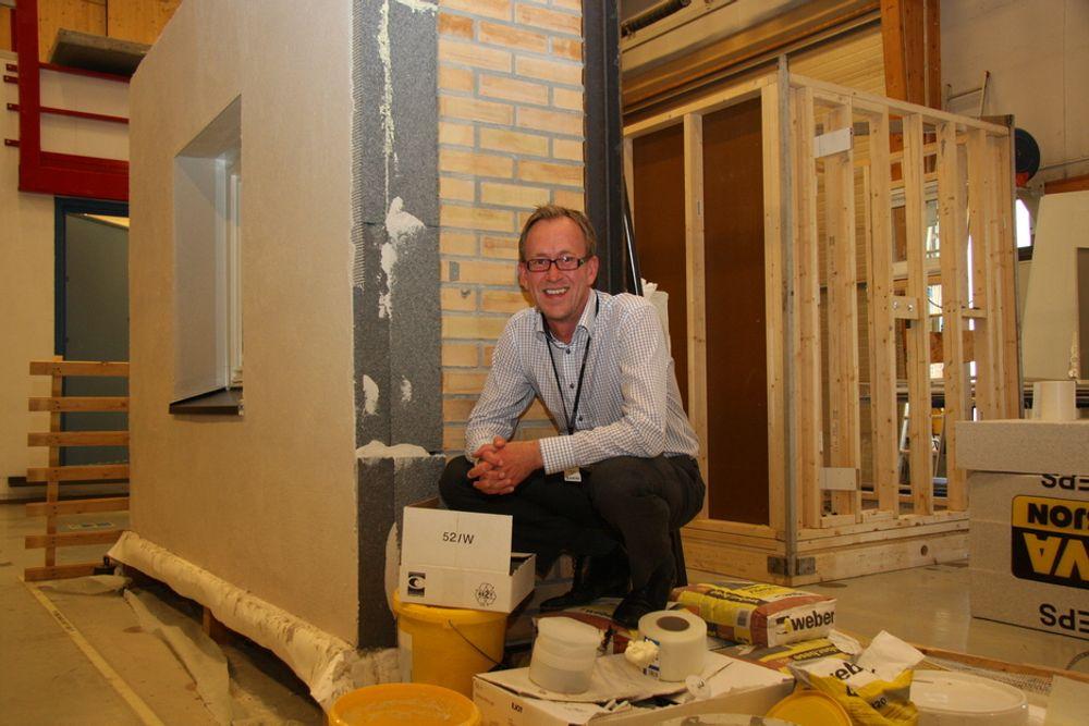 PRØVER: Forskningsdirektør Kim Robert Lisø foran en vegg i SINTEF Byggforsks laboratorier der etterisolering av eksisterende bygg til passivhusnivå blir prøvd ut.