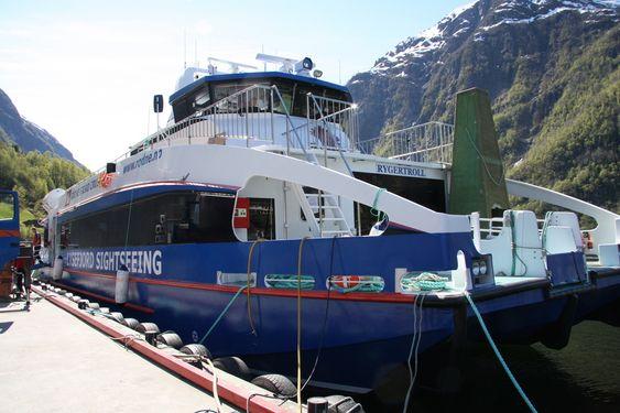 CRUISE: Rygertroll er klar for sommercruise til Prekestolen med 147 passasjerer. Sammenliknet med en tilsvarende GRP sandwich-båt, er vekten 40 prosent lavere.