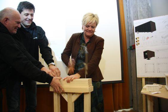 SLÅR FAST: Kunnskapsminister Kristin Halvorsen slår ned en spiker for å markere starten på et byggeprosjekt der elever ved Sogn Videregående Skole skal bygge en passivhusmodul.