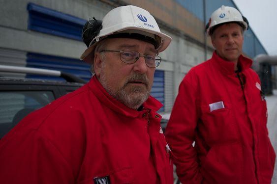 Spillvarme varmer de kommunale byggene i Sunndal.Kommunikasjonssjef Jon Kristian Schnell og Sveinung Hjetland i Hydro Aluminium