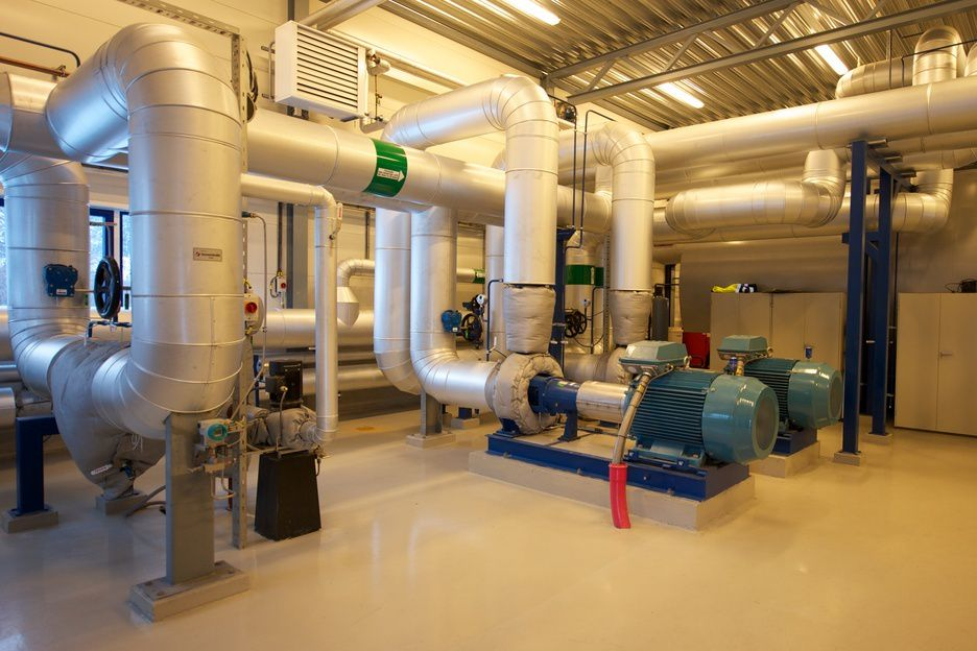 SENTRAL: Fjernvarmesentralen på Sunndalsøra har full kontroll med varmen som kommer fra de to renseanleggene inne på Hydro Aluminiums område.