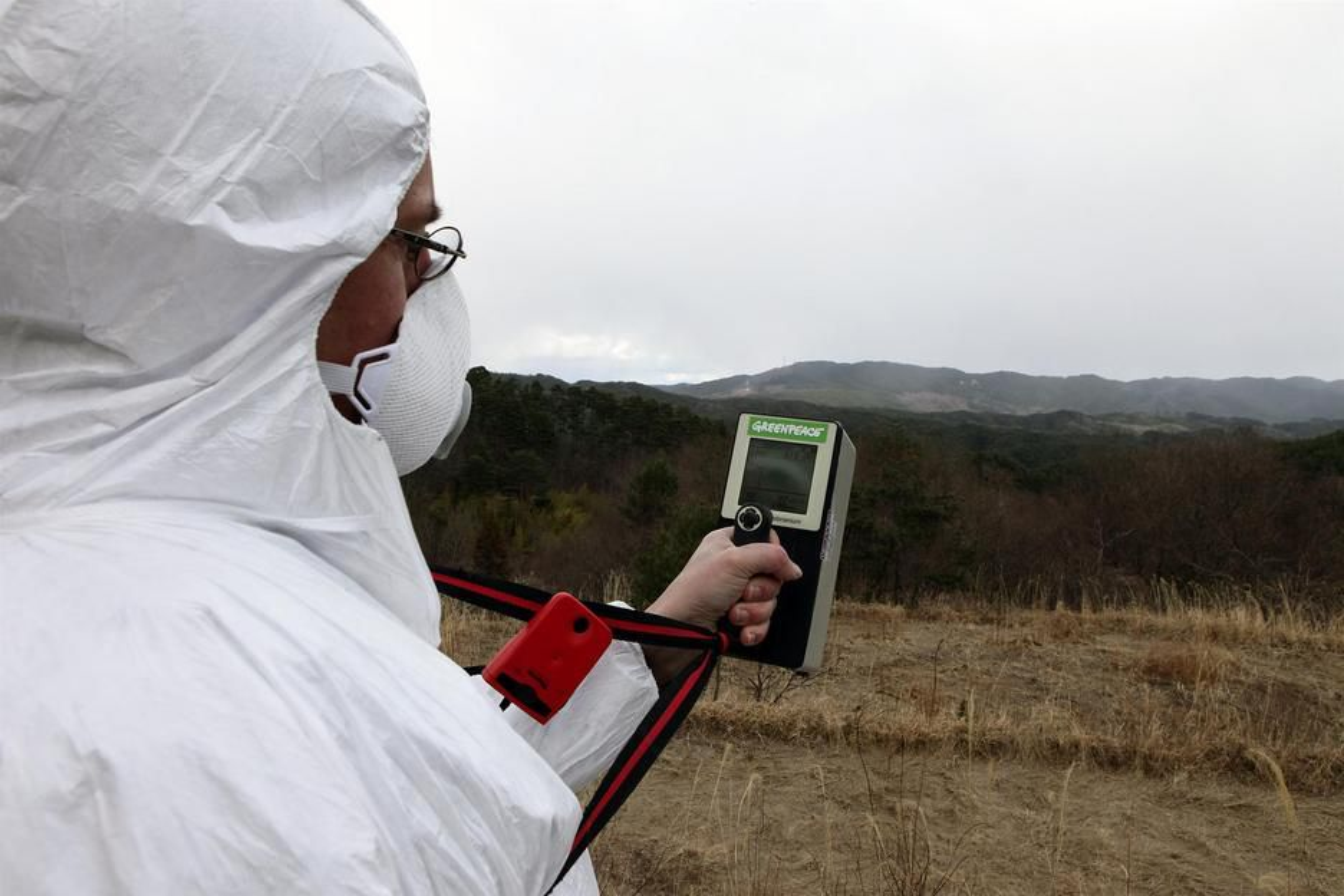 FUKUSHIMAS STRÅLER: Her måler kjernekraftaktivist Jan Van De Putte strålingen i landsbyen Namie 40 km unna det ulykkesrammede kjernekraftverket Fukushima Daiichi. Frode Pleym fra norske Greenpeace koordinerer arbeidet med målingene.