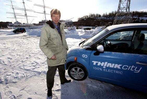 Tidligere teknologidirektør Egil Mollestad i Think i et mer optimistisk øyeblikk da elbilen nettopp var satt i produksjon i Finland. Think City skal fortsatt produseres her, men det blir uten Mollestad på laget.