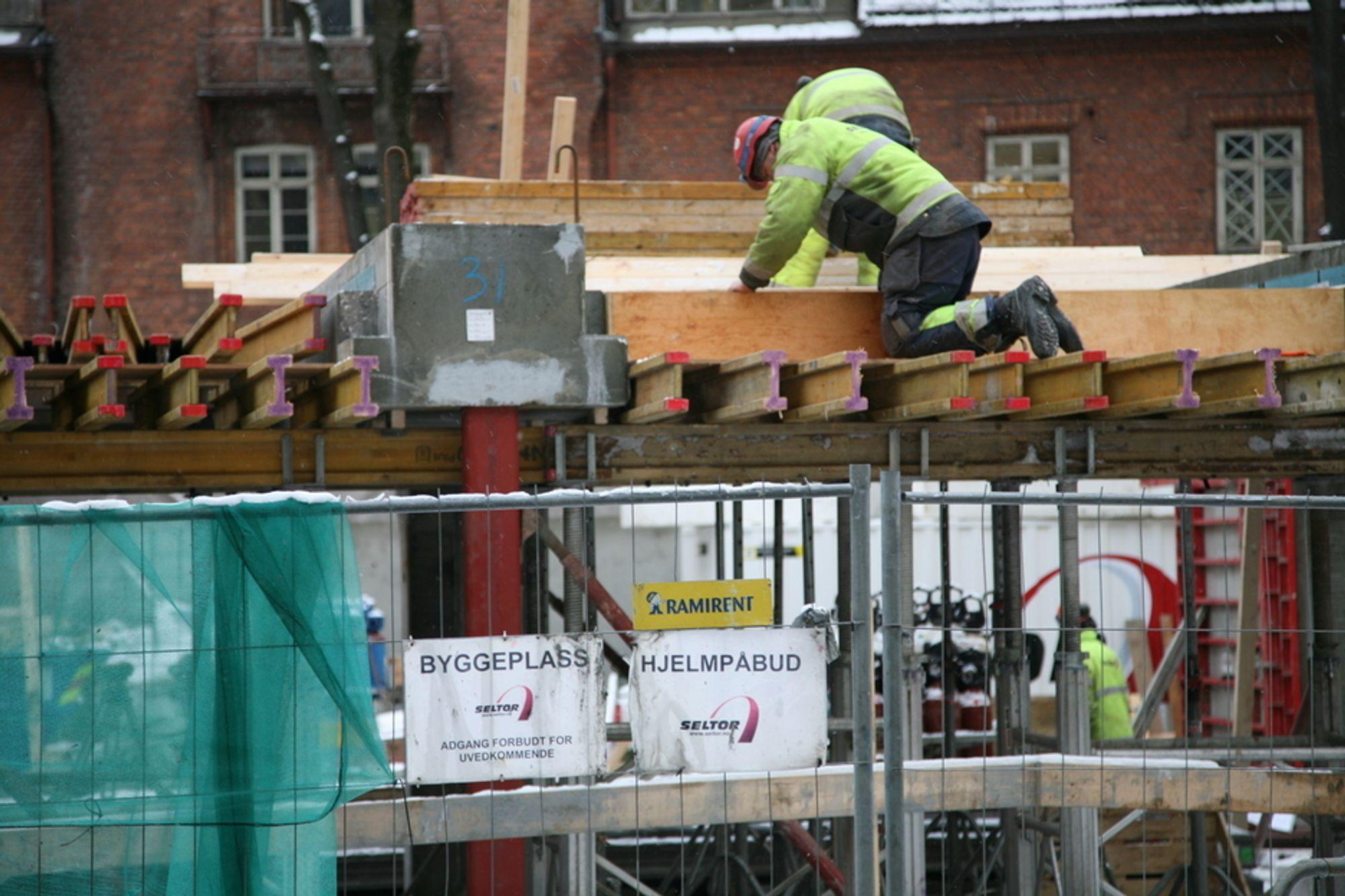 TALL: Tross hjelmpåbud er det mange arbeidsulykker på norske byggeplasser.