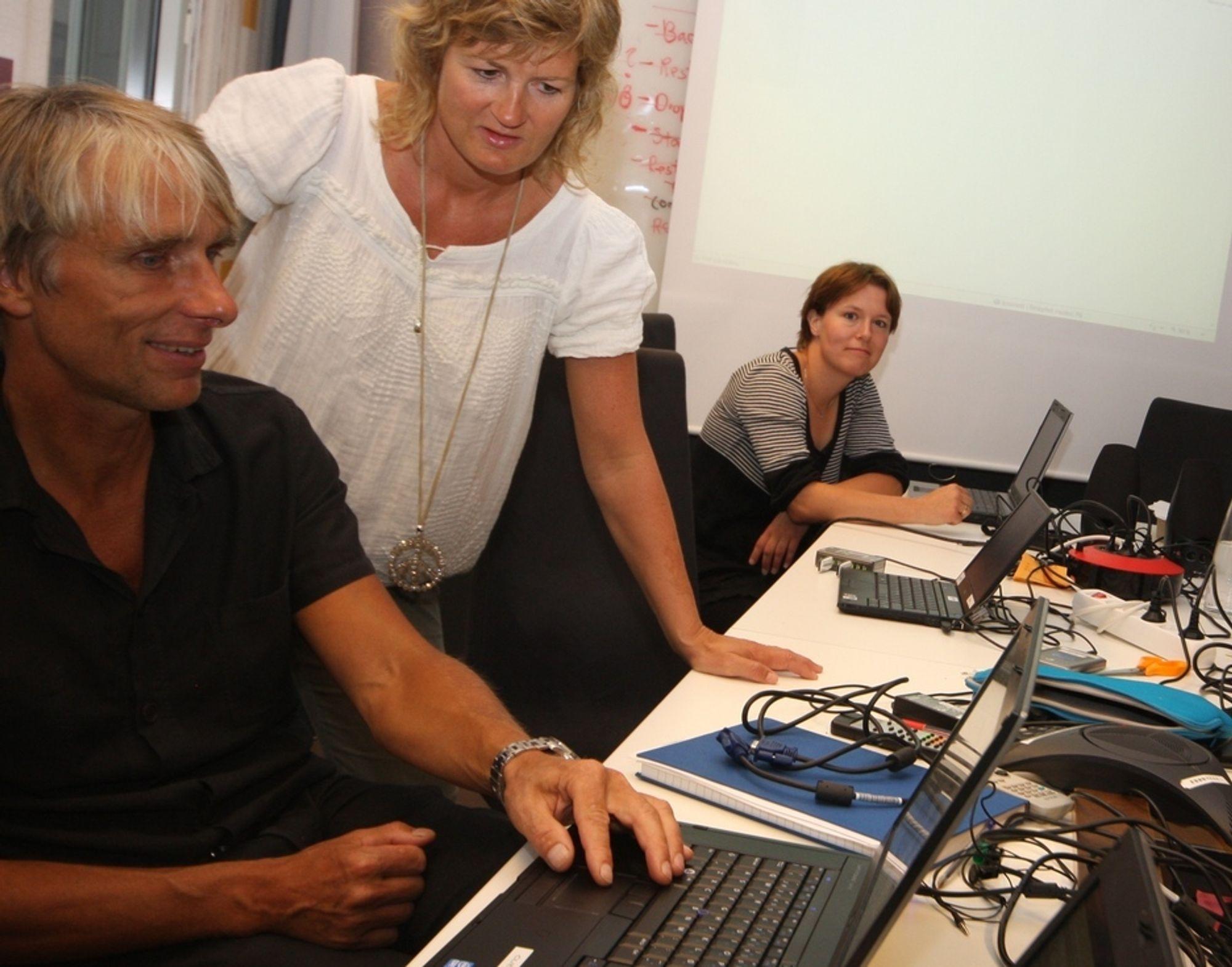 I GANG: Prosjektleder Henrik Nore holder øye med de første stemmene som kommer inn i det elektroniske valgsystemet, sammen med opplæringsansvarlig Kristin Skorpen og forskningskoordinator Beate Nygård.