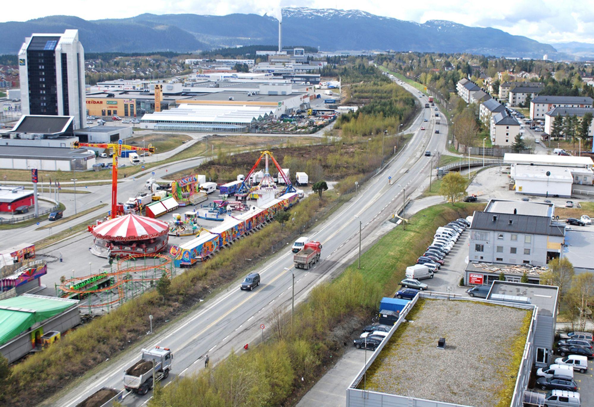 E 6 blir flyttet mot øst og vil legge beslag på deler av sirkustomta til venstre. Reinertsen skriver under kontrakten med Vegvesenet 12. august.