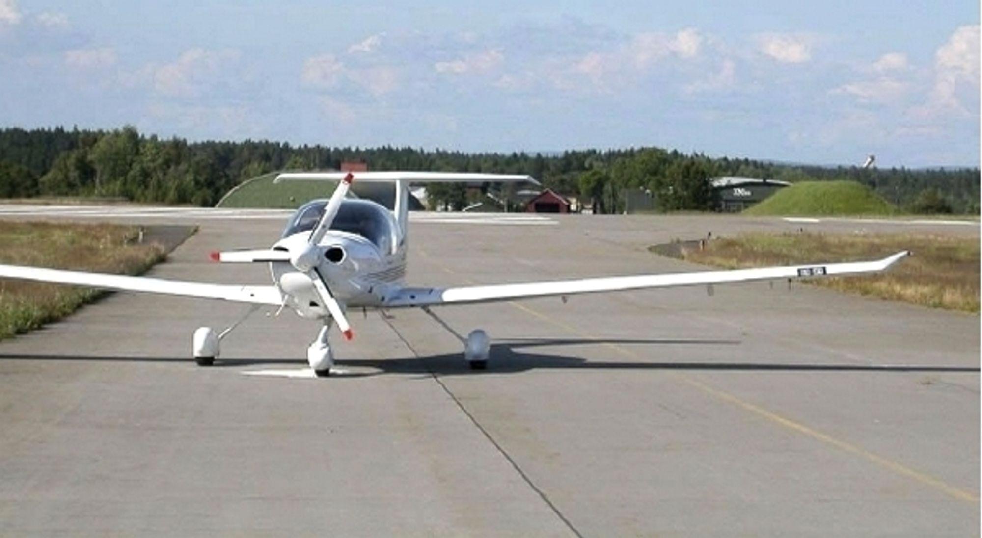 Bilde av Diamond DA40-D-flyet like etter nødlandingen på en taksevei på Rygge lufthavn. Flyet kom inn like over hangarene i bakgrunnen.