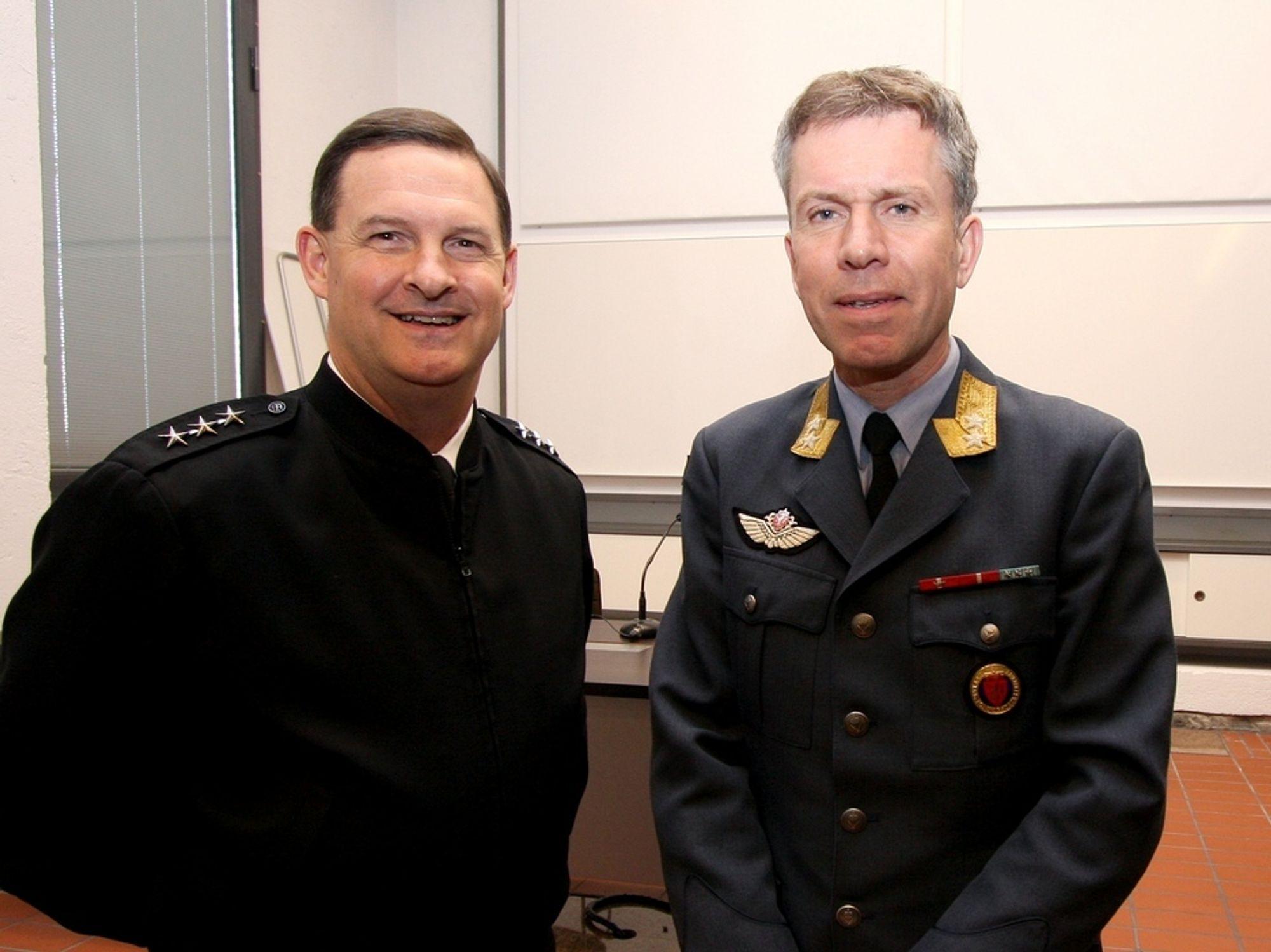 KAMPFLYKUNDEKRETSEN: Admiral David J. Venlet (t.v), sjef for Joint Program Office, altså den amerikanske F-35-anskaffelsen, og general Stein Erik Nodeland direktør for det norske kampflyprogrammet.