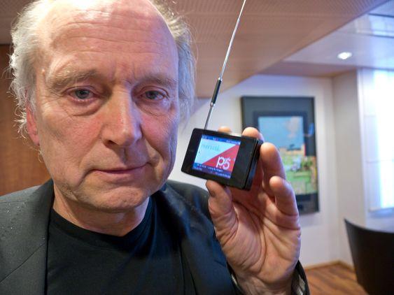 Hans Petter Danielsen, teknisk direktør i P4 og leder av Digitalradioutvalget. Han viser frem en digitale radio med skjerm som kan vise slideshowet som mange av digitalkanalenene utstyrer sendingene med.