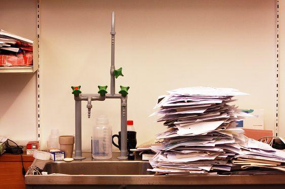 IKKE PAPIRLØs:  Papirhaugene på Dag Hessens kontor er mange. Ikke en gang vasken har klart seg unna en solid stabel.