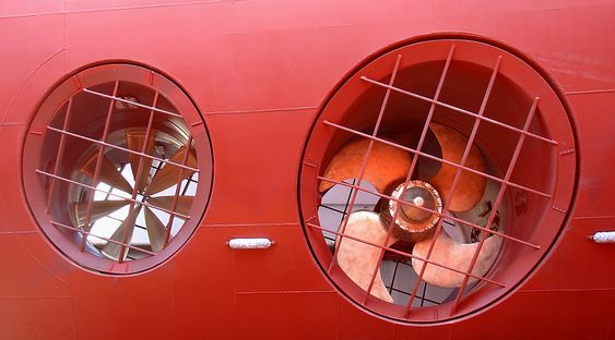TEST: En vanlig tunnelthruster til høyre og en rimdrevet til venstre. Sistnevnte testes.