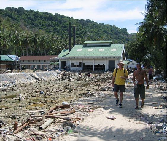 TUNG JOBB I 2005: Et stort antall omkomne etter tsunamikatastrofen i romjulen 2004 ble funnet nettopp her, i området rundt dette bassenget i Thailandske Phi Phi. Her registrerer Tore Jensen (t.v.) geografiske punkter på anvisning fra den britiske dykkerinstiruktøren Neil, som kunne gi de mest pålitelige opplysningene om hvor hotellene engang hadde stått.