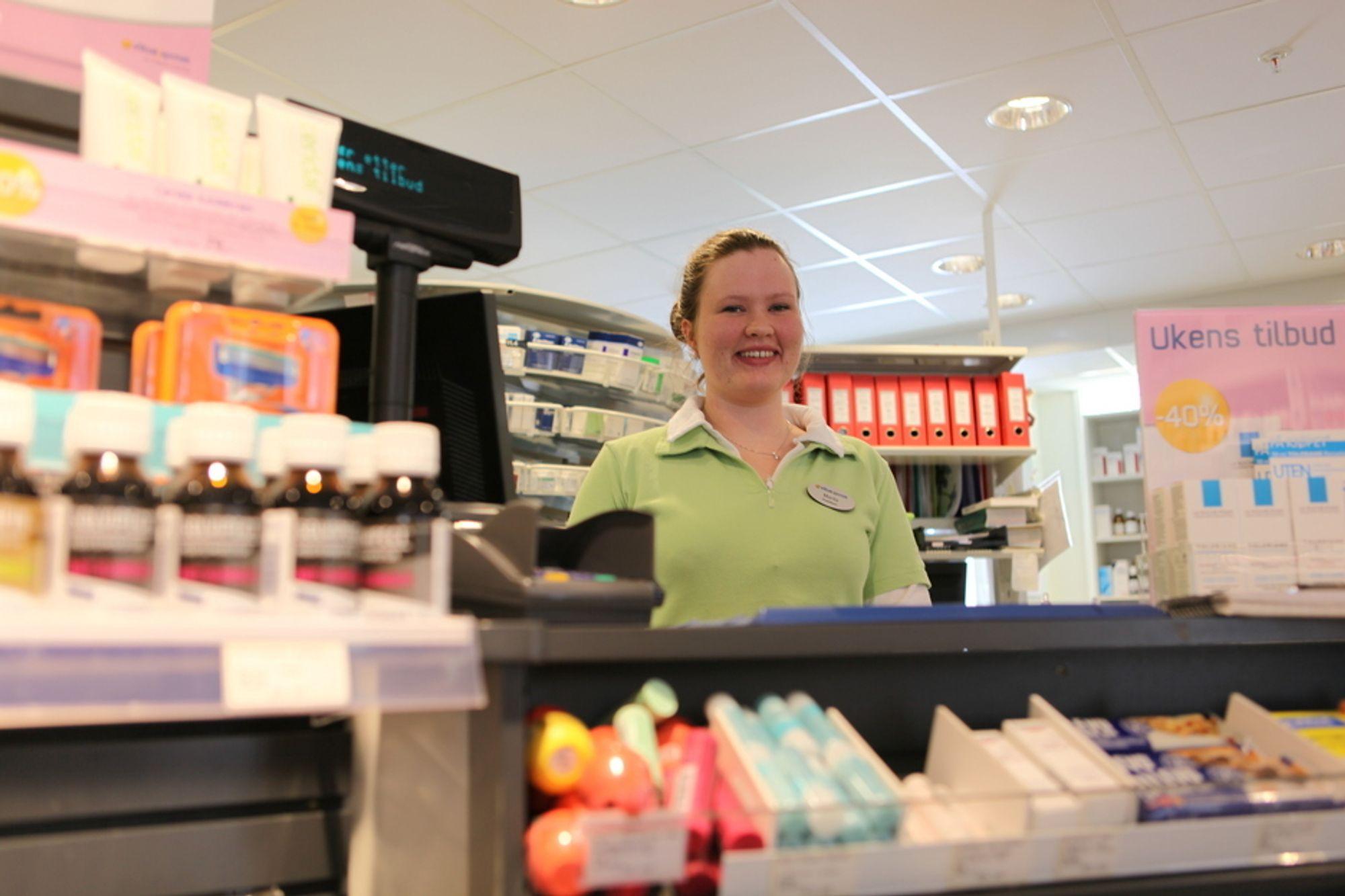 BER OM JOD: Marita Eraker er praktikant på Vitus Apotek Colosseum. Flere kunder kommer til henne og ønsker å kjøpe jodtabletter etter atomulykken i Japan. Men slike tabletter er reseptbelagt.