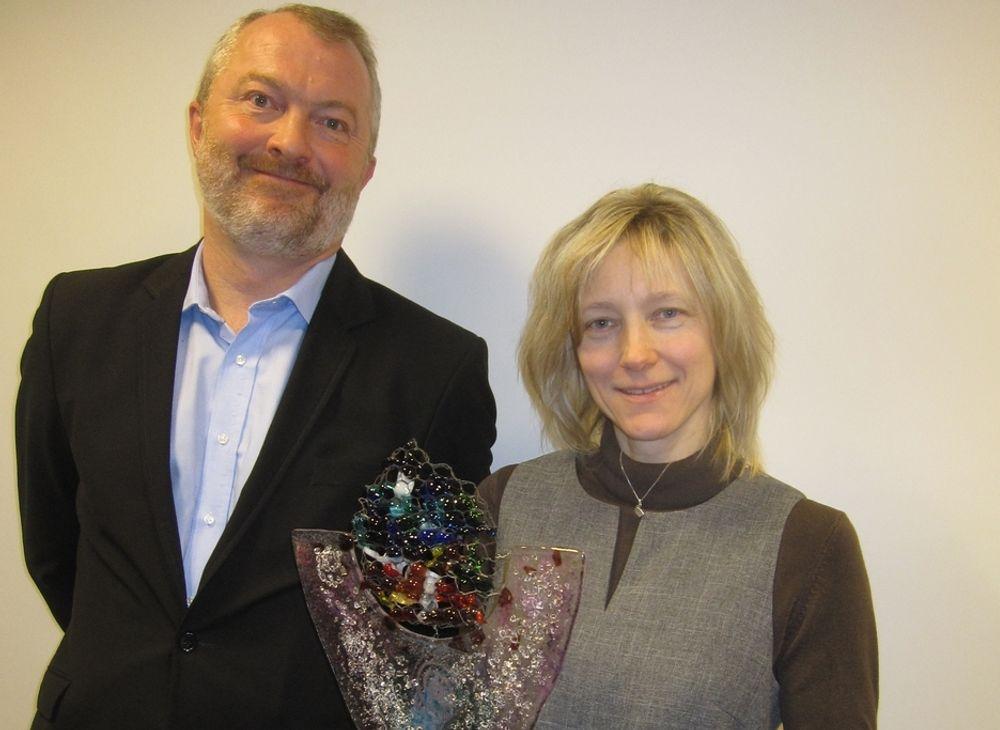 PRIS: FFI-forsker Janne Hagen fikk tildelt ITAKT-prisen 2010 av styreleder Henrik Seip.