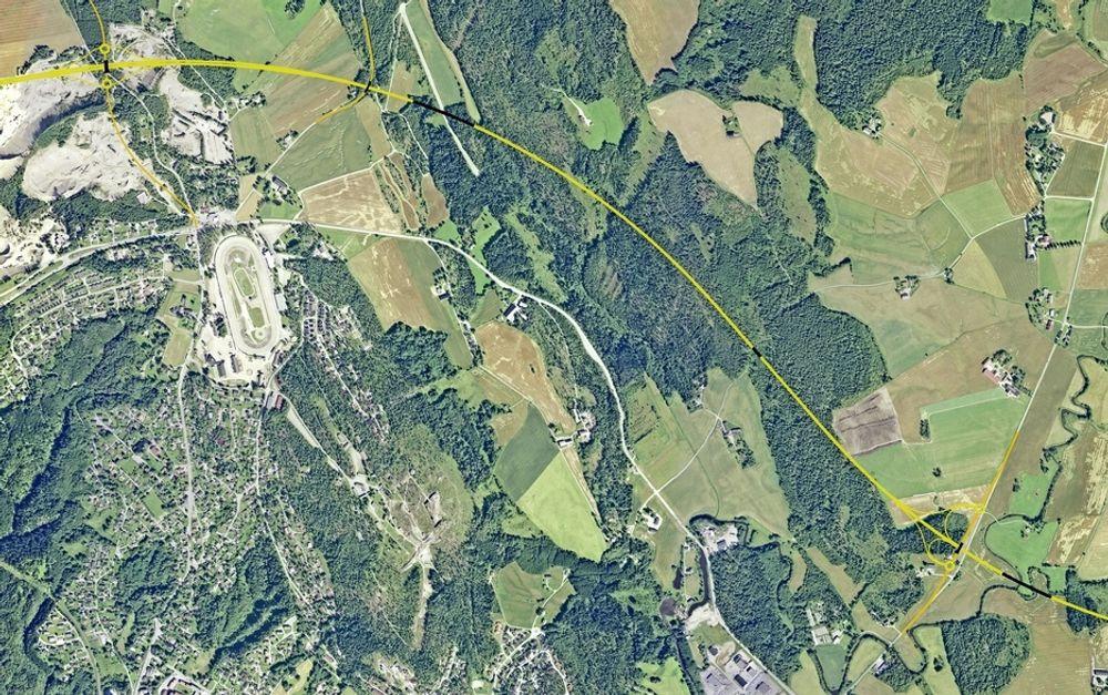Den gule linjen markerer ny E 18. Momarken er øverst til høyre. Krysset nede til venstre er Homstvedtkrysset. Herfra skal E 18-trafikken gå på fylkesveg 213 i noen måneder. Ill.: Statens vegvesen