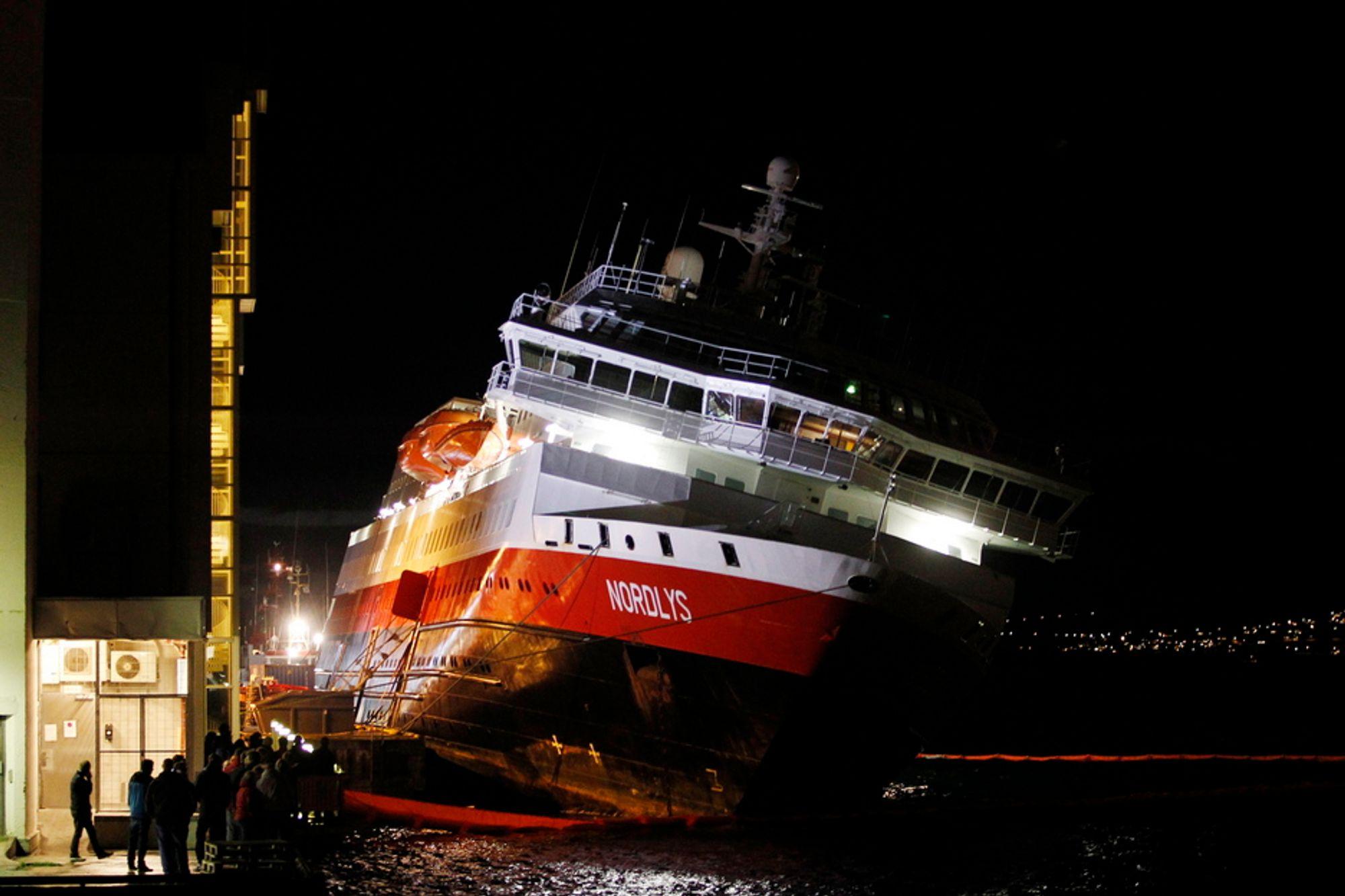 Hurtigruteskipet Nordlys krenger nesten 20 grader i morgentimene fredag. Ved 20 grader er risikoen for kantring stor.