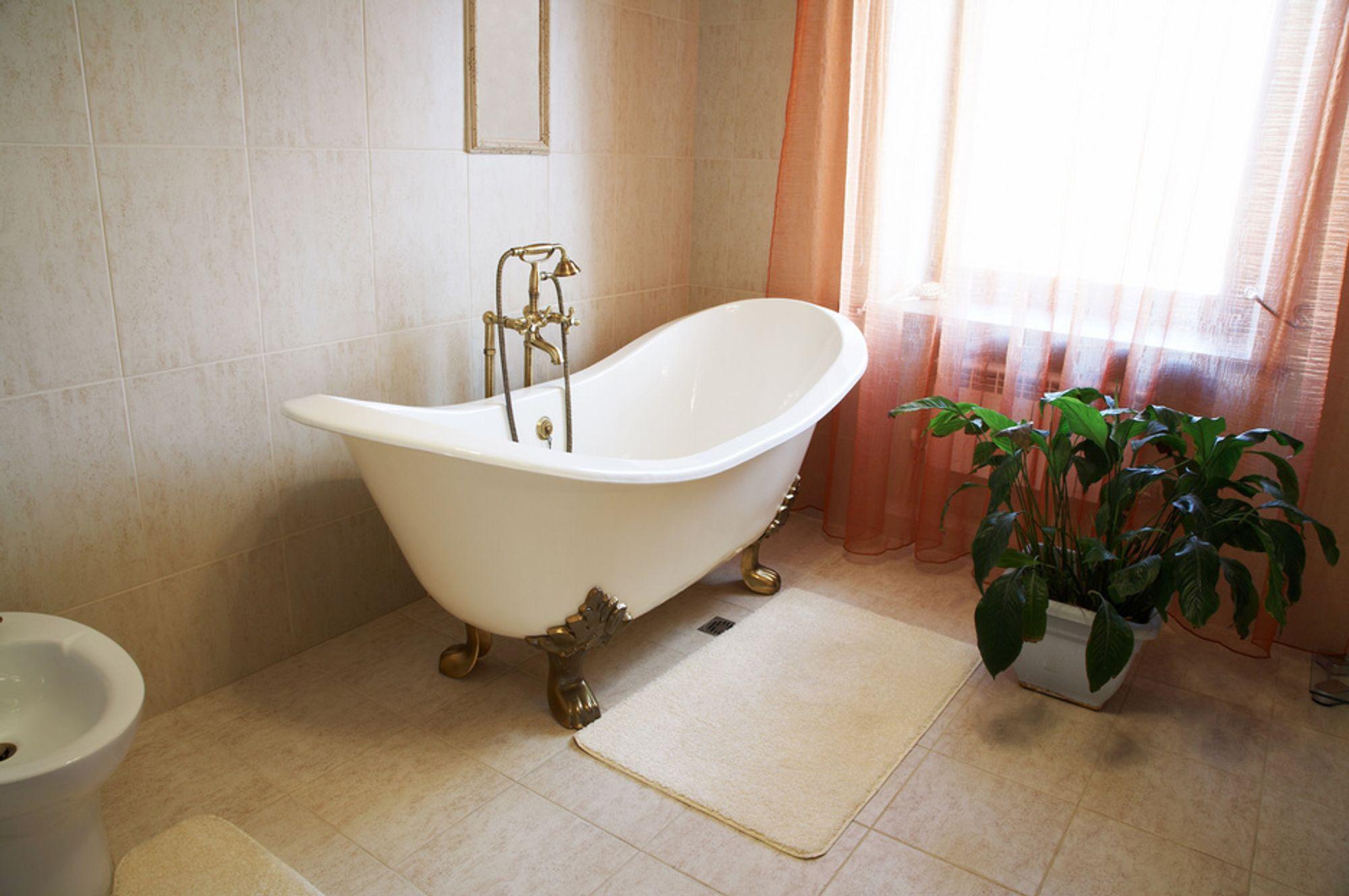 Hvor lang tid tar det å fylle badekaret med pluggen i?