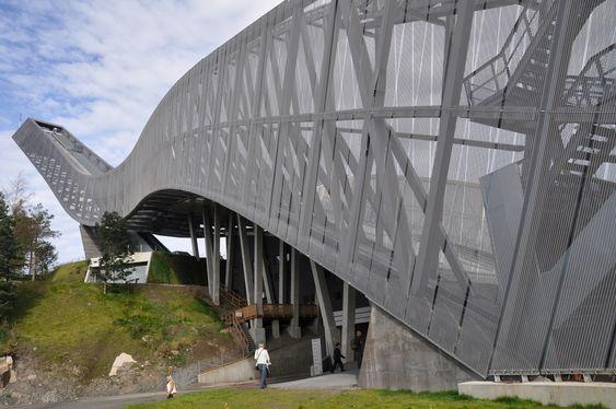 GRÅ: Florian Kosche hevder at Holmenkollbakken ble malt grå for å usynliggjøre ingeniørene.